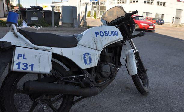 EREHDYTTÄVÄ Moni ohi ajanut on painanut jarrua nähtyään Sahaajankadulle pysäköidyn moottoripyörän.