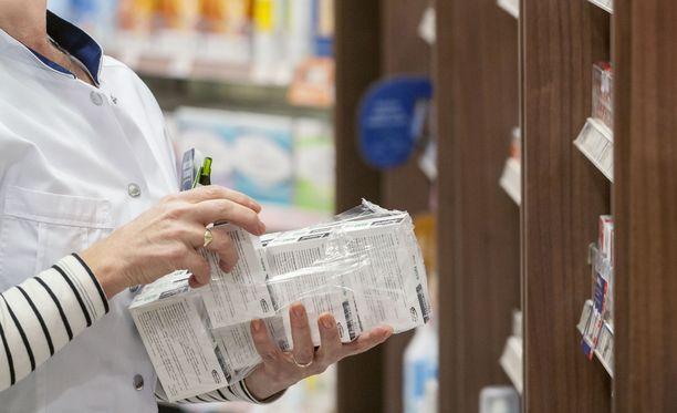 Hallituksen uudistus ei hyödytä kuluttajaa, vaan kaupunkien apteekkareita.