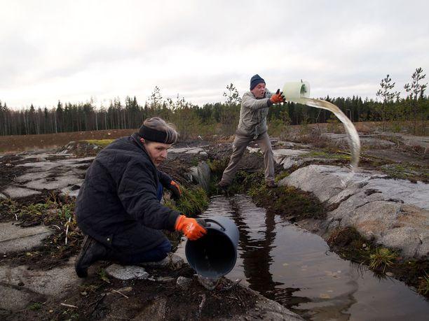 Valkeakoskelainen kaivosaktivisti Ritva Taskinen ja Suomen luonnonsuojeluliiton kaivosasiantuntija Jari Natunen vaativat, että Kaapelinkulman kaivosalueella oleva vesialtaat tutkitaan.