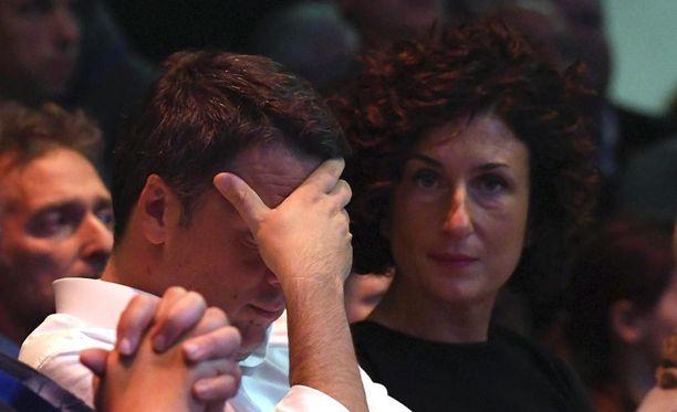 Italian pääministeri Matteo Renzi osoitti pettymyksensä, kun ovensuukyselyt kertoivat ei-äänien voittavan.