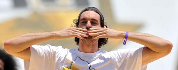 Pau Gasol kiitti faneja Los Angeles Lakersin voitonjuhlissa kesäkuussa.