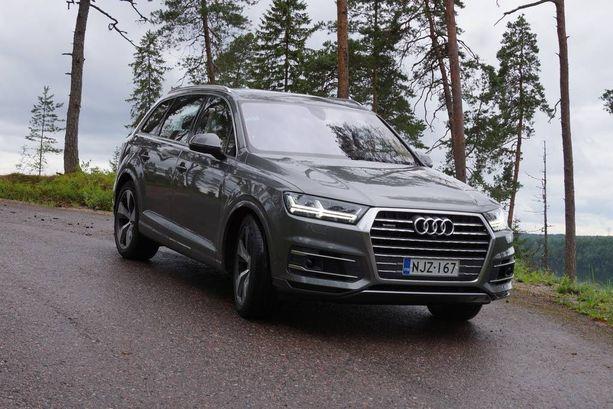 Audi Q7:n keulassa komeilee monisärmikäs jäähdyttimen säleikkö.