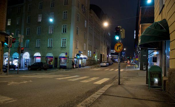 Poliisipartio tapasi kello 04.55 Fredrikinkadulla kolme annettuihin tuntomerkkeihin sopivaa miestä.