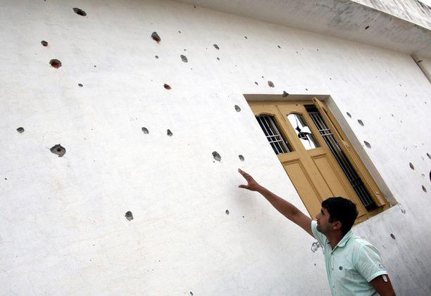 Intialainen kyläläinen tutki tuhoja tiistaina.