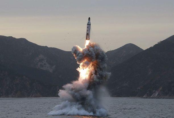 Pohjois-Korean virallinen uutistoimisto KCNA julkaisi maaliskuussa kuvan sukellusveneestä ammuttavan ballistisen ohjuksen kokeesta.