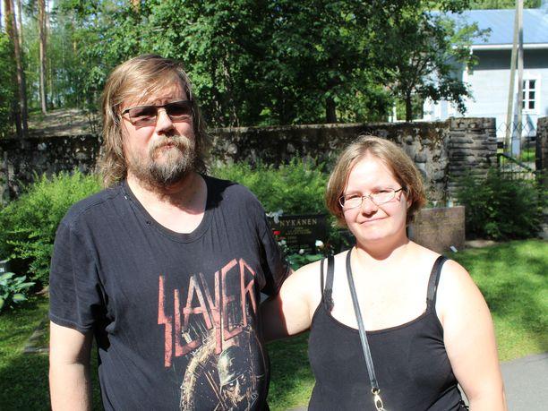 Kemiläiset Veera ja Kari Nevasaari pysähtyivät katsomaan Nykäsen hautaa palatessaan Metallican keikalta Hämeenlinnasta.