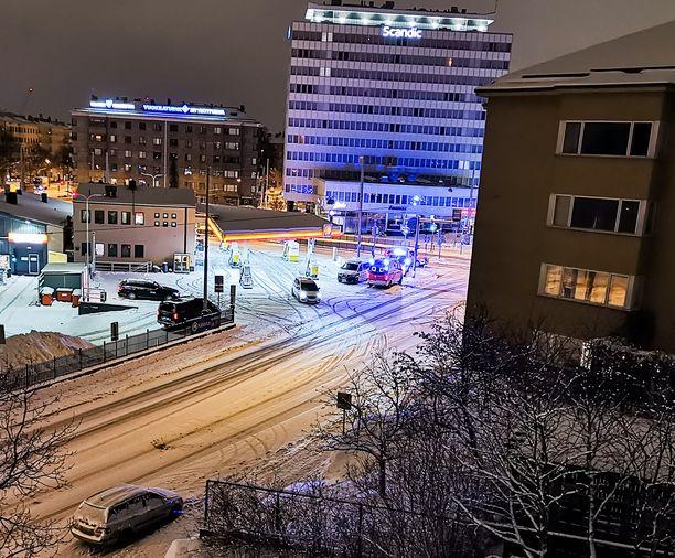 Kaksi autoa kolaroi Helsingin Meilahdessa myöhään tiistaina.