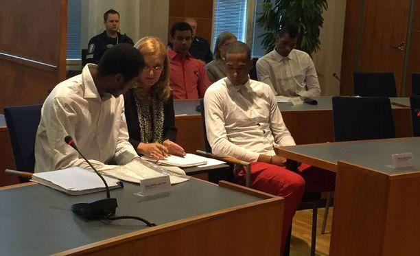 Kuubalaispelaajia oikeudenkäynnissä Tampereella elokuun lopussa.