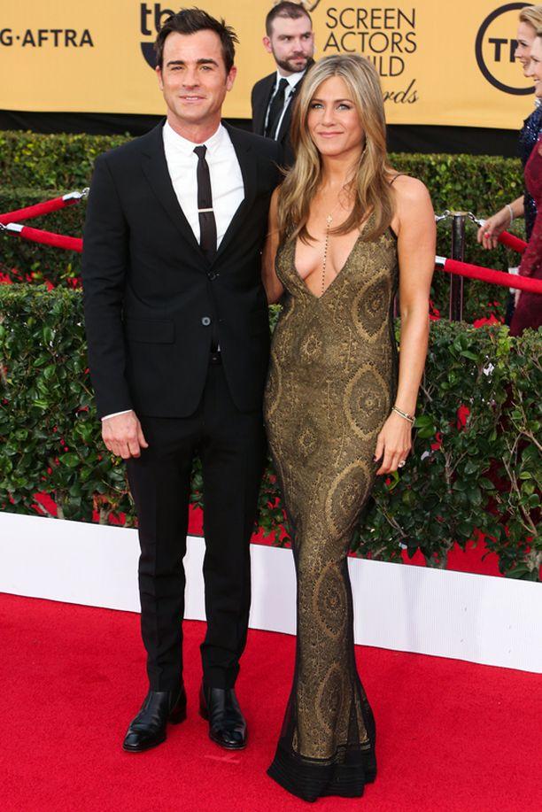 Jennifer Aniston vastasi gaalan rohkeimmasta kaula-aukosta.