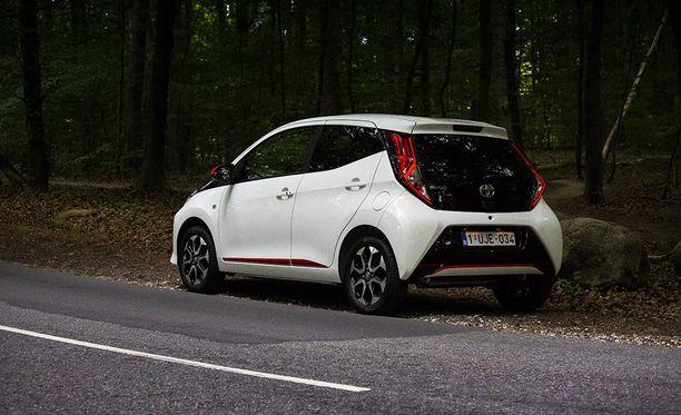 Toyota Aygo on pirteä ilmestys. Takaa auton tunnistaa uusista led-valonauhoista.