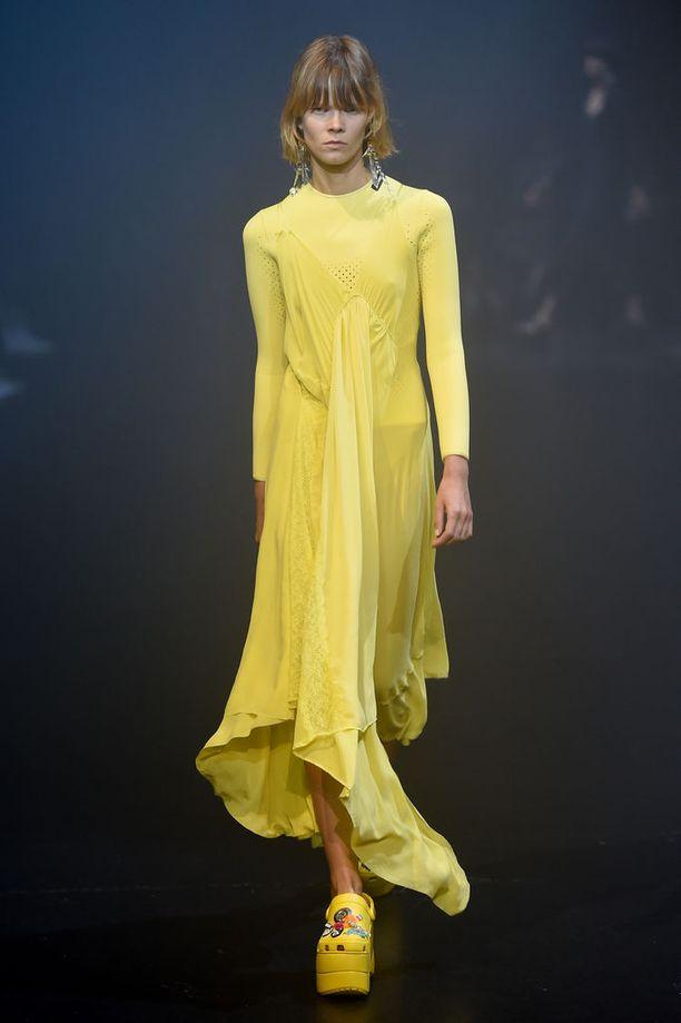 Balenciagan kevät-kesä 2018 näytöksessä nähtiin jo platform-Crocksit.