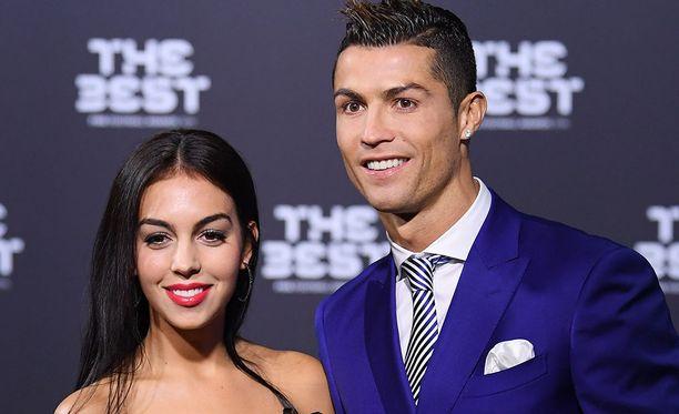 Cristiano Ronaldo seurustelee malli Georgina Rodriguezin kanssa. Ronaldo ei ole tuonut muiden lastensa äitejä julkisuuteen.