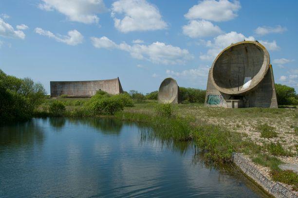 Englannin rannikolle tehtiin myös kiinteitä betonisia äänipeilejä. Etummainen peili on halkaisijaltaan noin seitsemän metriä. Osa peileistä on edelleen jäljellä.