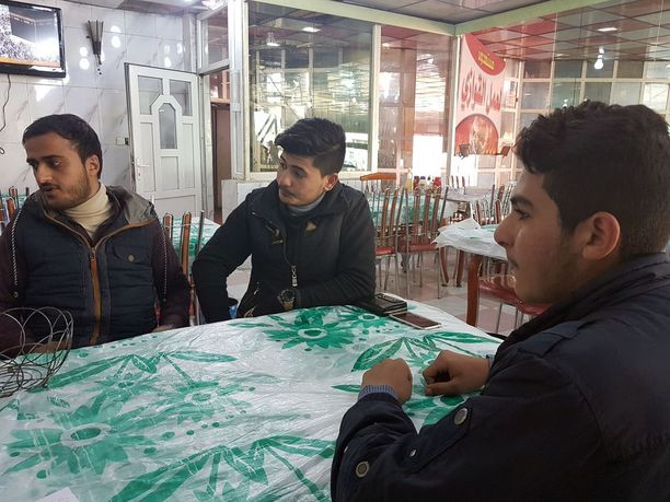 Nuoret miehet kertoivat elämästään Mosulissa samassa ravintolassa, jonne samalla viikolla myöhemmin iski itsemurhapommittaja.