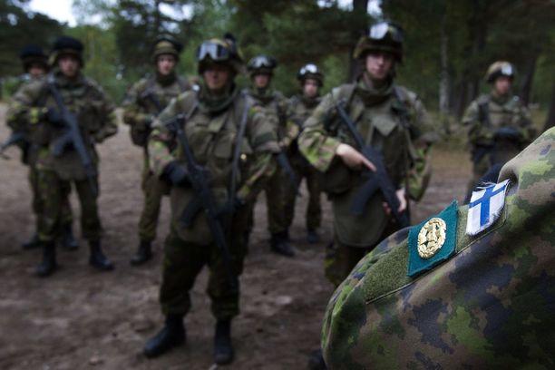 Puolustusministeriö valmistelee lakimuutosta, joka rajaisi sotilasvirat vain Suomen kansalaisille.