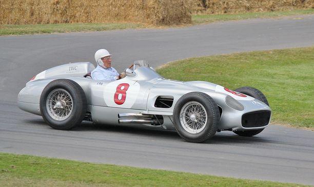 Moss oli rattimies viimeiseen asti. Kuvassa hän ajaa vanhaa Mercedes W196 -autoaan Goodwoodissa vuonna 2015, 85-vuotiaana.