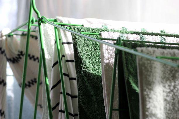 Pese vuodevaatteet ja pyyhkeet 60-asteisessa vedessä pyykinpesukoneessa.