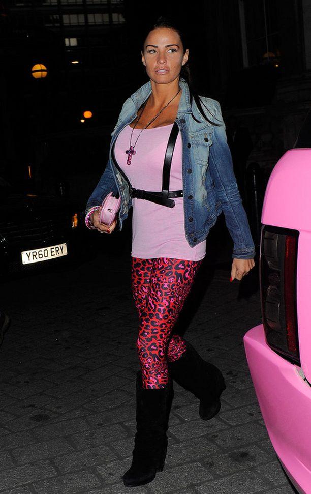 Katie Pricen elämää on voinut realitysarjojen lisäksi seurata myös brittien juorulehtien sivuilta, joiden vakiokasvo glamourmalli on.