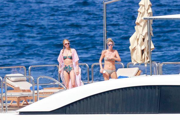 Parisin lomagarderobiin kuuluivat myös vihreänkirjavat bikinit.