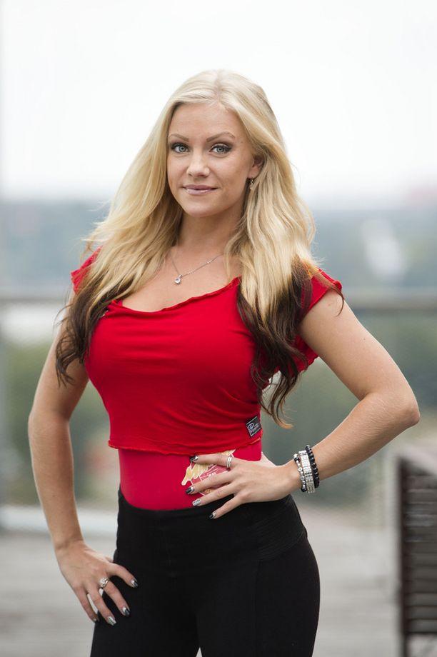 Jasmine Tukiainen asuu Ruotsissa. Suomessa hänet tunnetaan tosi-tv-ohjelmista Maatilan prinsessat ja Martina ja hengenpelastajat.
