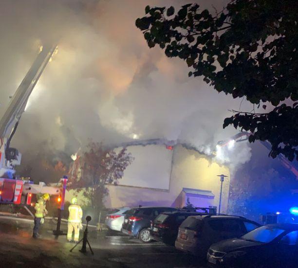 Pelastuslaitos joutui avaamaan laajalti talon kattoa, ennen kuin palo saatiin hallintaan.
