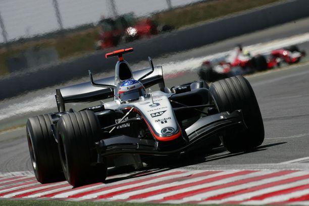 Vuonna 2002 Kimi Räikkönen menetti F1-uransa avausvoiton ajauduttuaan McLarenilla öljyläikästä leveäksi. Kuva on vuoden 2005 Ranskan GP:stä.