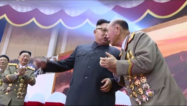 Pohjois-Korean yksinvaltainen johtaja Kim Jong-un juhli onnistunutta sotilasparaatia Pjongjangissa viime viikolla.