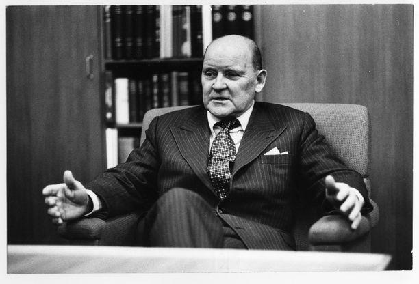 Puolustusministeri Päiviö Hetemäki halusi hankkia Korean sodassa mainetta niittäneitä Mig-15-suihkukoneita myös Suomelle. Kuva vuodelta 1977.