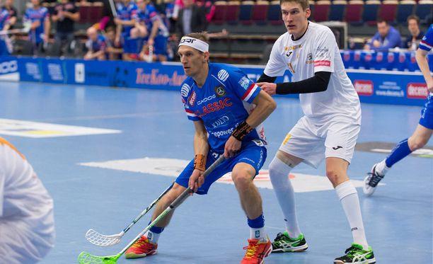 Jarkko Nieminen (vas.) pelaa tällä hetkellä Salibandyliigaa Tampereen Classicissa.
