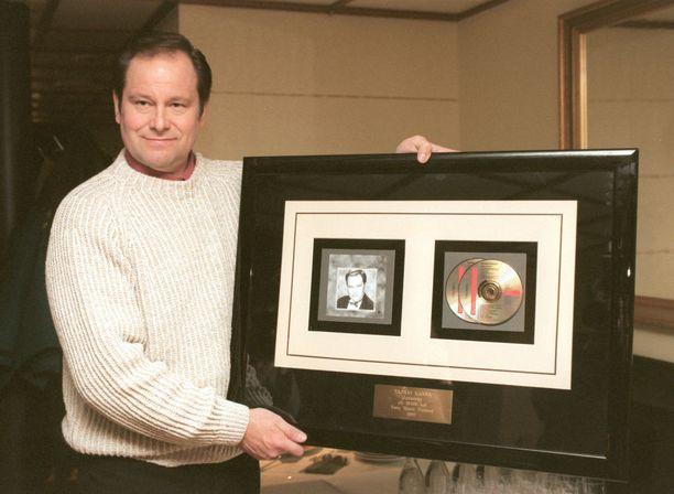 Kansa oli ensimmäinen suomalaisartisti, joka sai ÄKT ry:n kultalevyn. Sittemmin myyntimenestyksiä on tullut paljon lisää kuten vuonna 1997. Jo aiemmin oli jaettu kultalevyjä mutta ne levyt oli jaettu levy-yhtiöiden toimesta näiden omille artisteille. Kansa oli ensimmäinen ÄKT ry:n kultalevyn saanut.