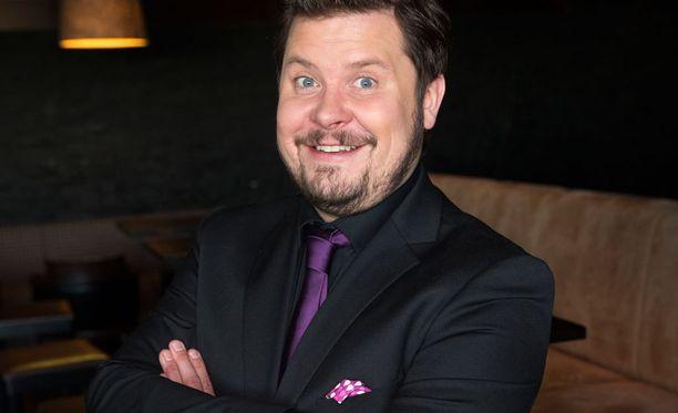 Janne Kataja iloitsee uudesta roolistaan, koska hän pitää farssia yhtenä maailman hauskimpana.