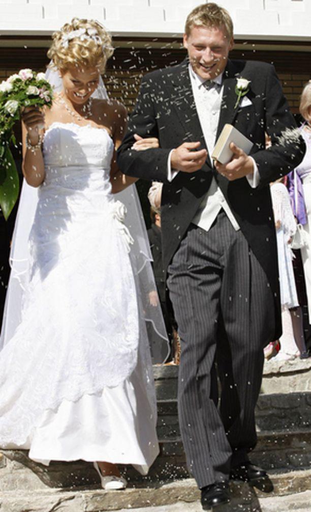 Tuore aviopari suuntaa häämatkalle Dubaihin.