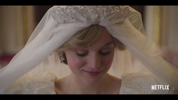 Kuvassa prinsessa Dianan roolin The Crown -sarjassa näyttelevä Emma Corrin.