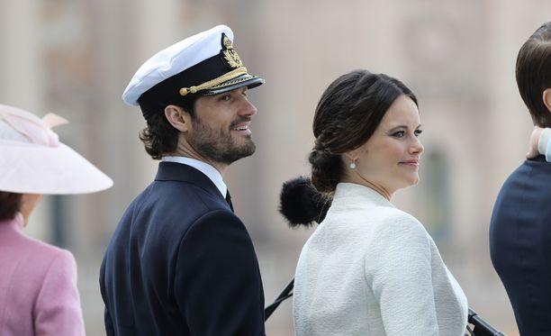 Pikkuprinssin tuoreet vanhemmat edustivat kuningas Kaarle Kustaan syntymäpäivillä vappuaattona.