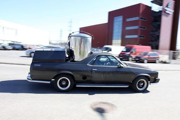 Juha Sipilän puukaasuauto Chevrolet El Camino, eli El Kamina. Voimanlähteenä käytetään puukaasua. Auton pönttö on Ylen mukaan Katera Steelin rakentama.