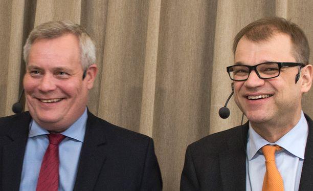 Antti Rinne (vas.) ja Juha Sipilä.
