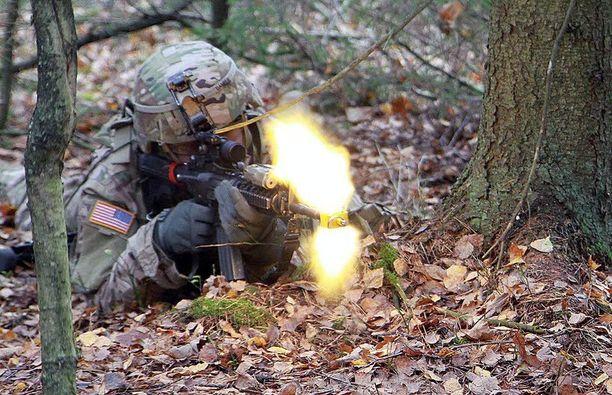 Amerikkalaissotilas Liettuassa Atlantic Resolve -operaation sotaharjoituksissa lokakuussa 2014. Yhdysvallat on järjestänyt useita sotaharjoituksia Baltian maissa ja Puolassa viimeisen vuoden aikana.