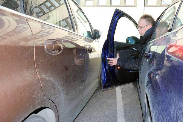 Klassinen tilanne -ovi uhkaa kolahtaa naapuriautoon. Noin sadan euron hintainen ovisuoja, sisäreunasta esiin kääntyvä kumilista pelastaa.