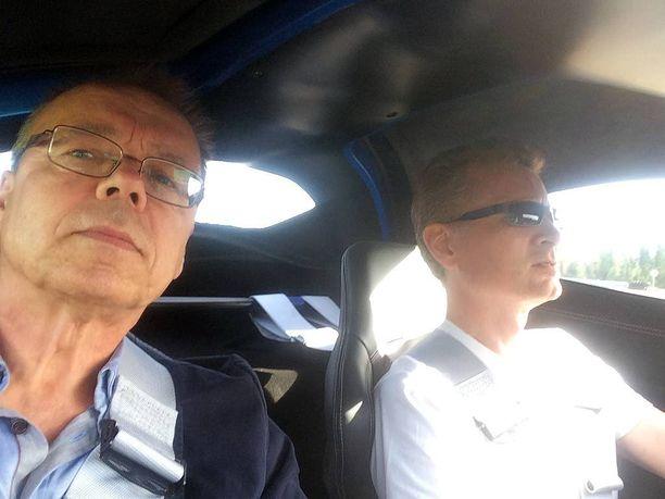 Iltalehden toimittaja Pentti J. Rönkkö sai maistella, miltä sensaatioauton kyyti tuntui.