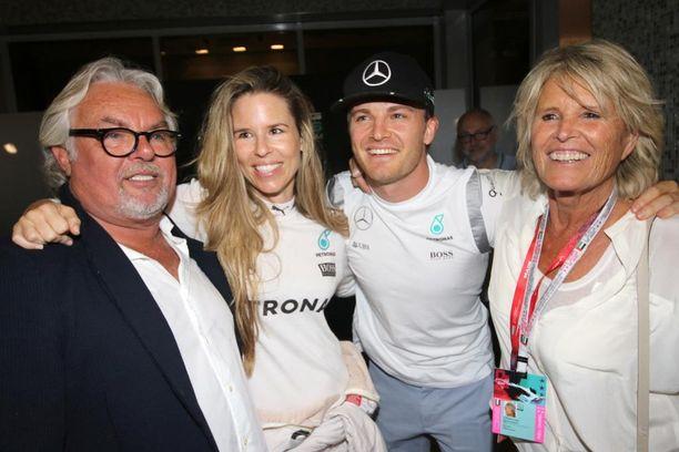 Keke-isä, VIvian-miniä, Nico-poika ja Sina-äiti ovat yhtä iloista Rosberg-perhettä Yas Marinan varikolla.