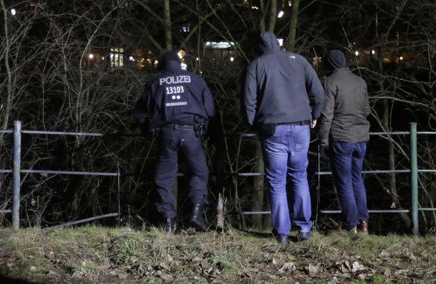 Poliisit tutkivat aluetta, johon iskussa käytetty rekka oli pysäköity ennen iskua.