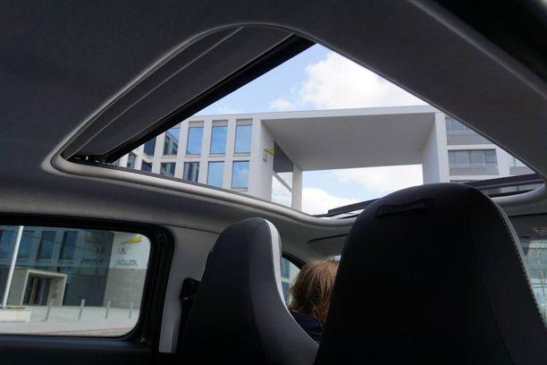 Katto auki Twingo Soleil on puolittainen avoauto. Tuulen suhinat eivät juuri häiritse vaikka autoa ajaisi katto auki.