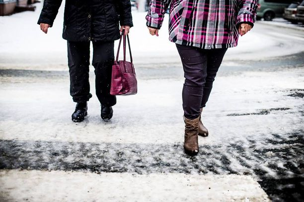 Yli 20 vuotta Suomessa asunut ulkomaalaistaustainen perhe joutuu rasismin kohteeksi kadullakin. Kuvituskuvaa.