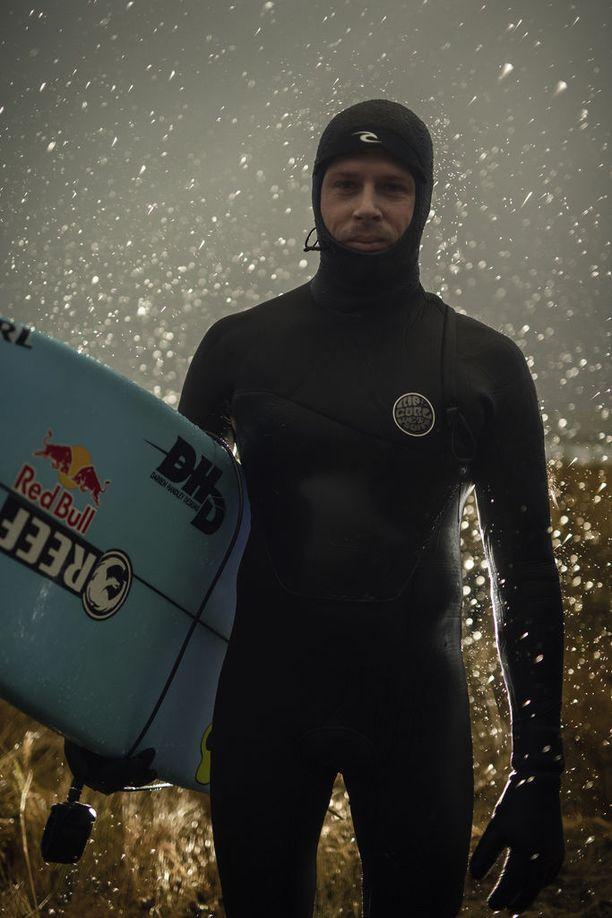 Mick Fanning on vienyt surffauksen maailmankiertueen voiton vuosina 2007, 2009 ja 2013.