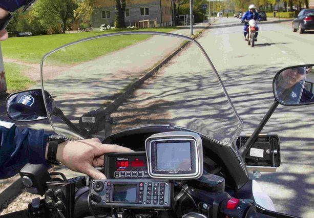 Poliisi testaa mopoa ja tutka näyttää 58 km/h eli kyseessä on viritetty mopo. (KUVITUSKUVA)