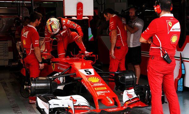 Sebastian Vettelin Ferrari jämähti varikolle.