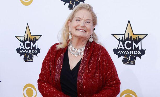 Lynn Anderson edusti country-muusikoiden palkintojuhlassa huhtikuussa.