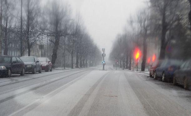 Ilmatieteen laitos varoittaa, että ajokeli on tänään vaarallinen monin paikoin maan keskiosissa.