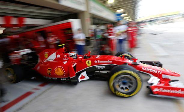 Kimi Räikkönen joutui kärsimään hitaammistaan.