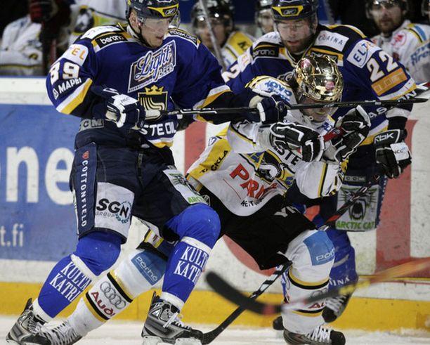Janne Pesonen sai viimeisessä erässä Ville Viitaluoman mailasta kasvoihin.